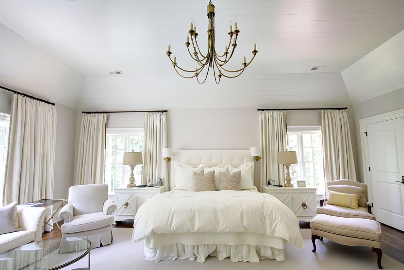 White Bedroom Furniture Set Ideas & Photos. Nice Classic chandelier in the king size room