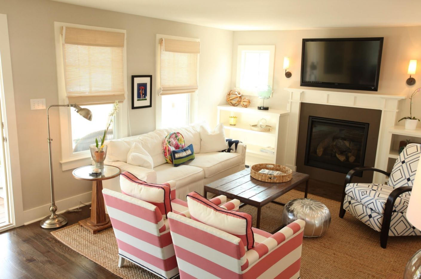 Living Room Layout Design & Decoration Ideas. Classic style in the small room with many windows, fierplace and TV-set