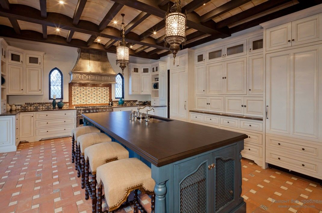 Open ceiling beams and touch of rusticality in the large kitchen interior