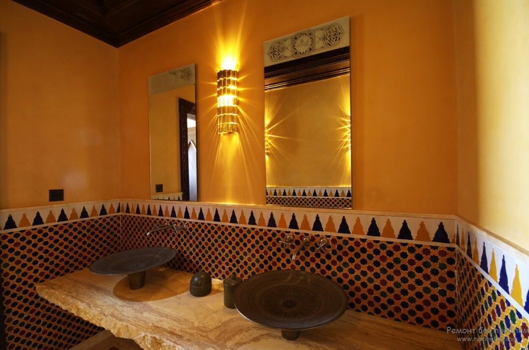 Egyptian warm wall decoration with paint and mosaic