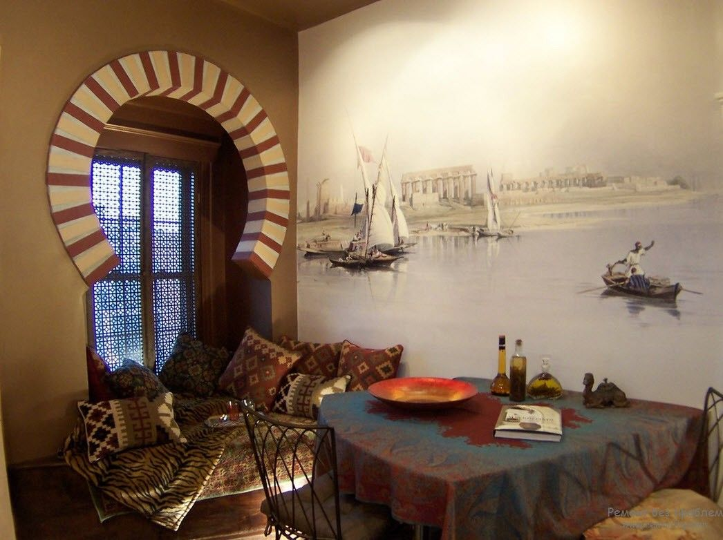 Dome window arch and white wall for simple designed dining room