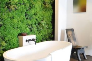 Pronounced eco style for the bathroom with live green accent wall