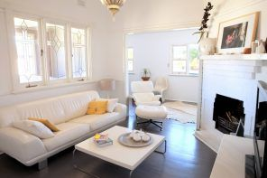White color scheme for the sitting room with accentual dark glancing floor