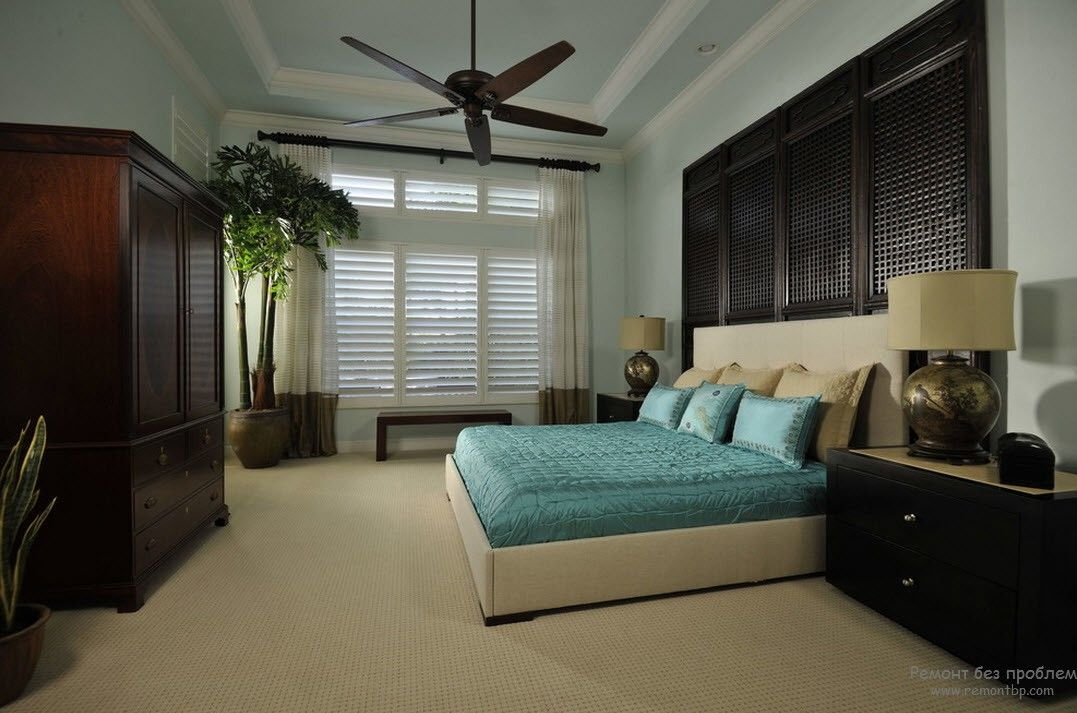 Turquoise bedding and sandy overall color scheme in the oceanside bedroom