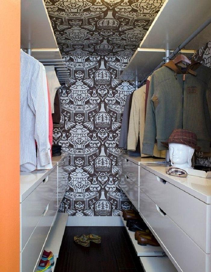Small wardrobe with silk screen wall finishing