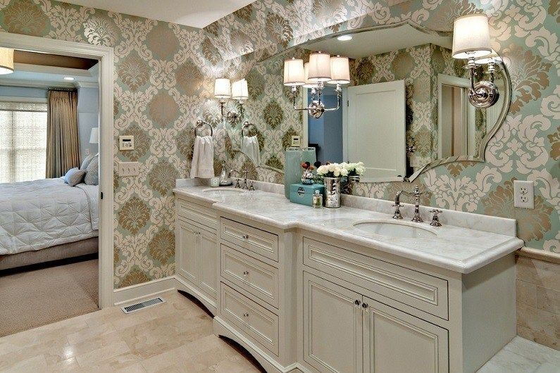 Classic bathroom design with pattern in the walls