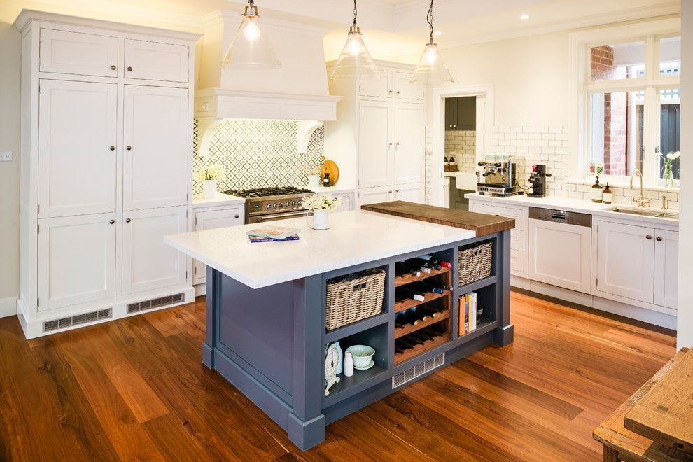 Large kitchen island - the intrinsic trait of American interior