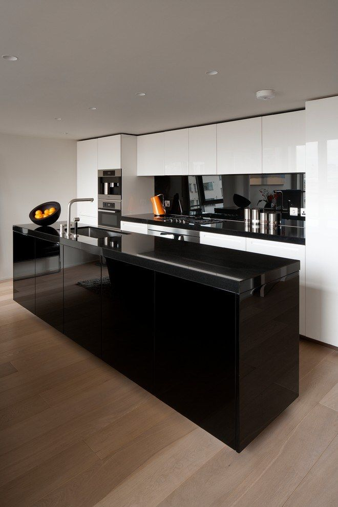 Mirroring backsplash and totally black island for ultramodern kitchen