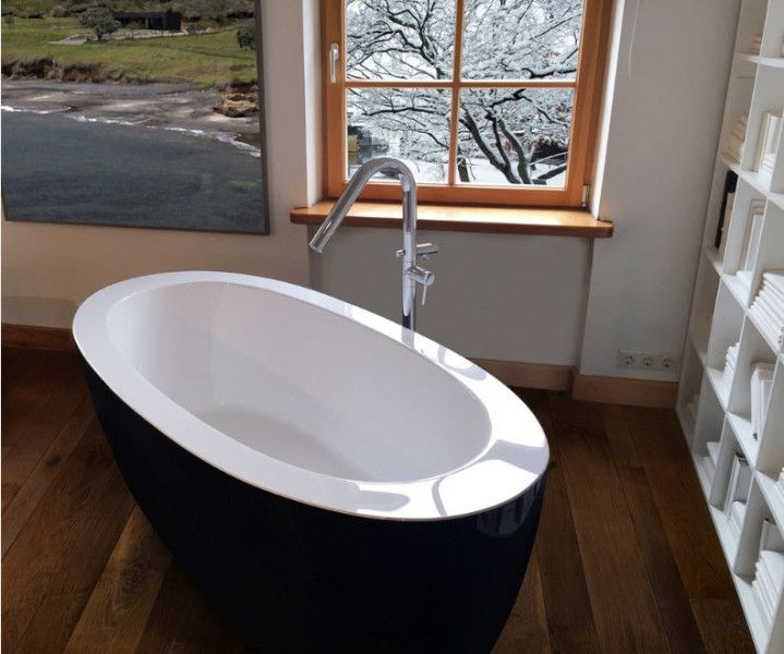 Contrasting bathtub in the Scandi interior with winter at the window