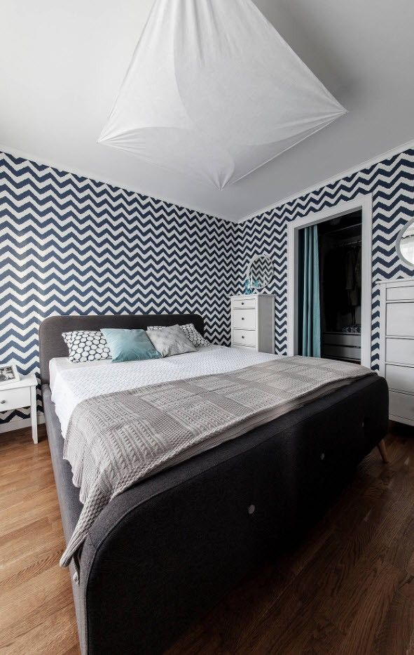 Wavy striped wallpaper and king sized bedroom for small bedroom