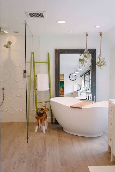 Original bathroon design with large mirror and bathtub of peculiar form