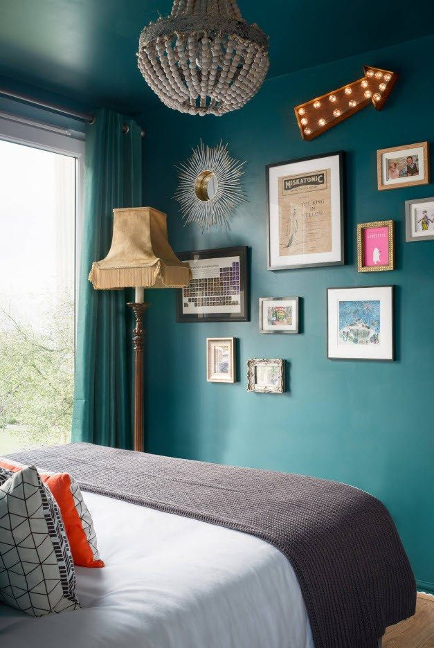 140 Square Feet Bedroom Interior Decoration: Examples for every Budget. Turquoise walls decorated with pictures