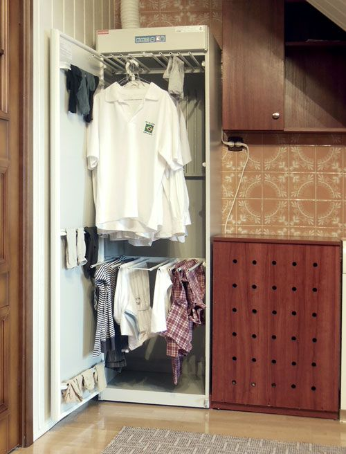 Clothes drying cabinet