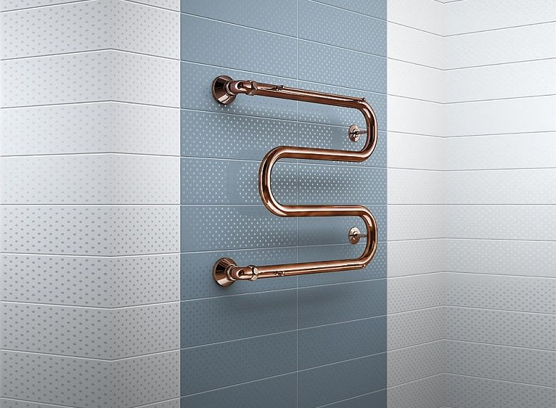 Simple wavy towel rail at the wall