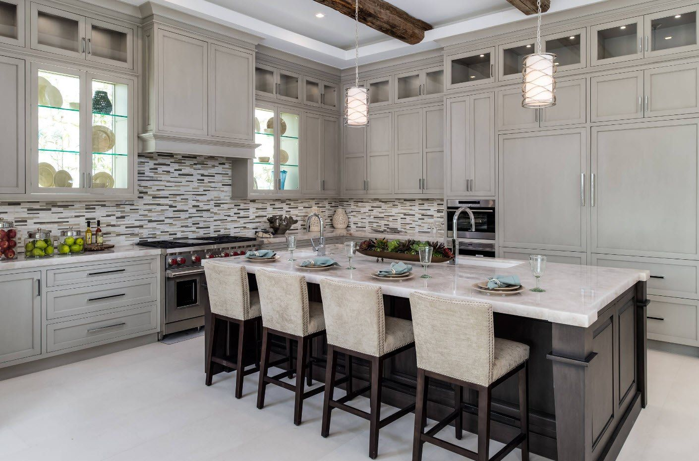 Kitchen with white facades and dotted splashback