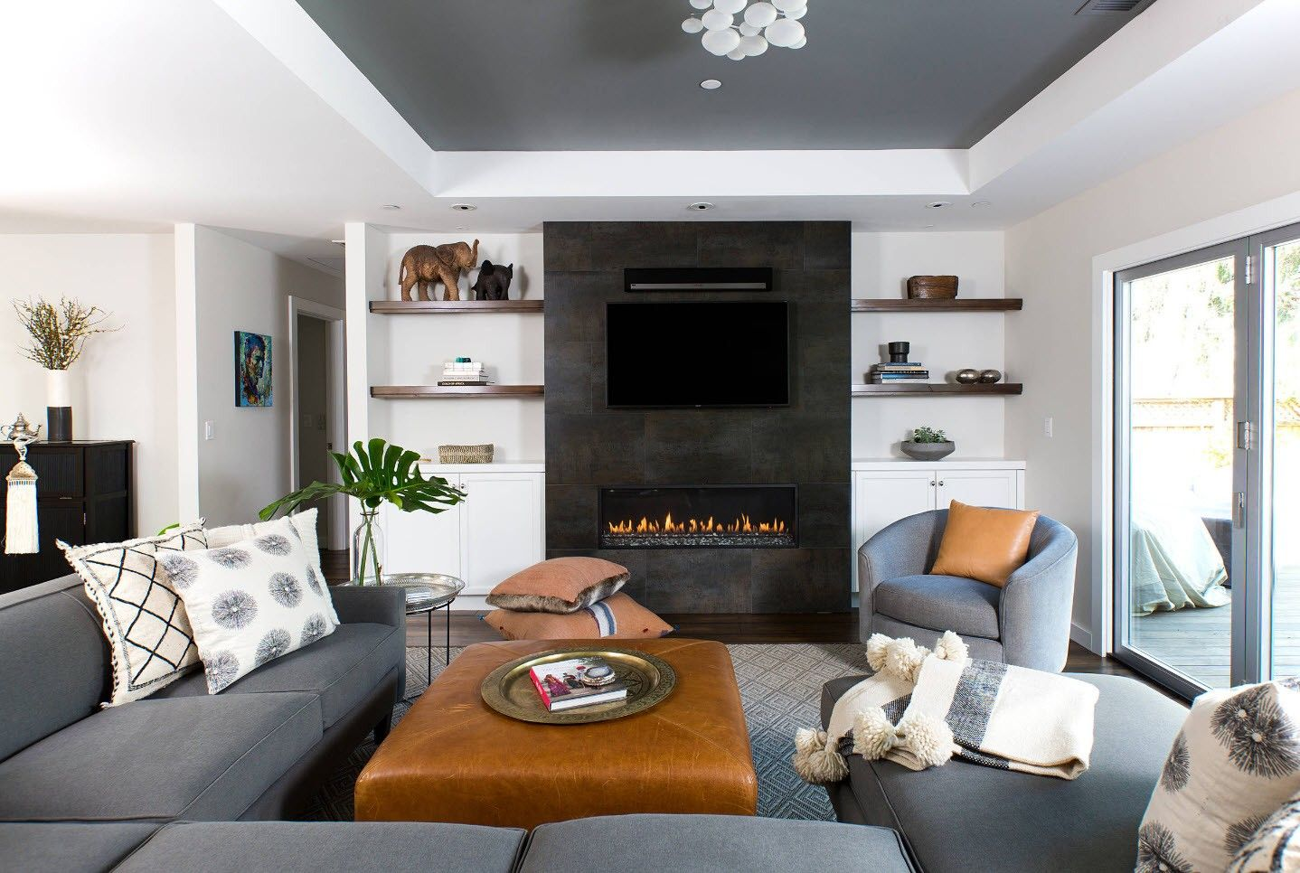 150 Square Feet Living Room Best Arrangement Ideas. Great accent wall decoration in black