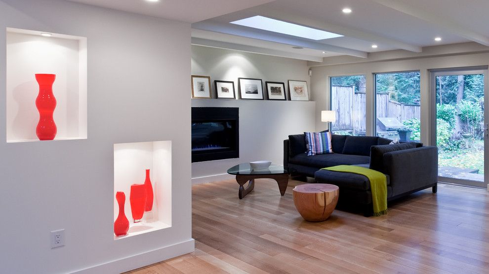 LArge open space apartment with spectacular lighted niche in the wall with red vase inside