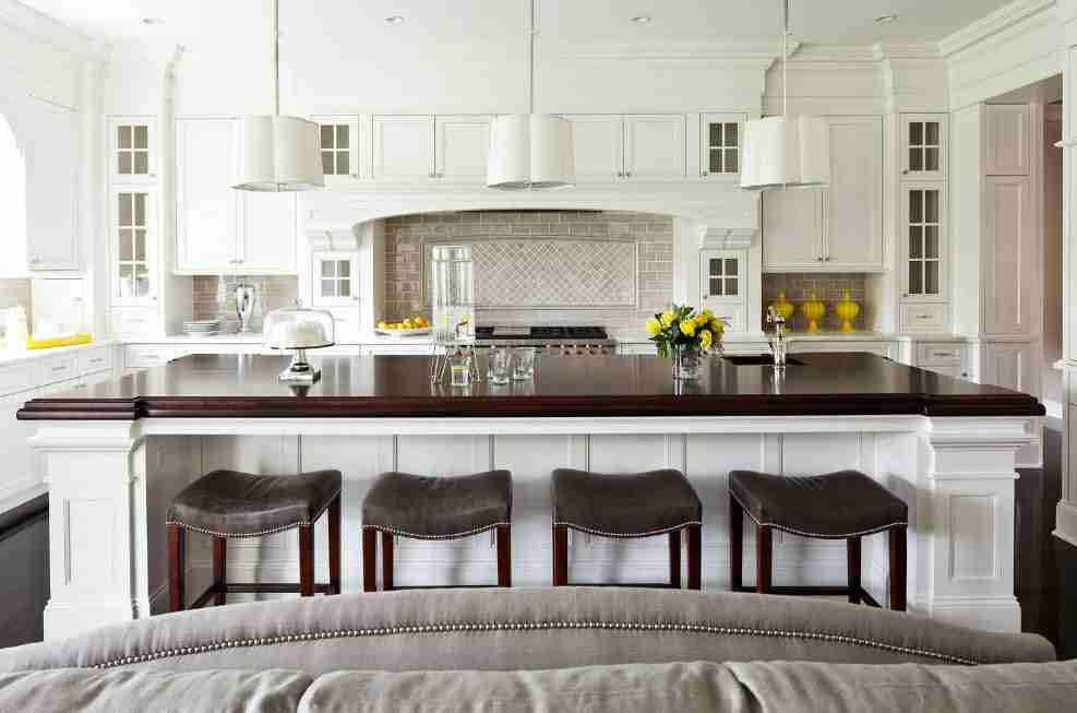 White top and dark bottom decorated classic kitchen