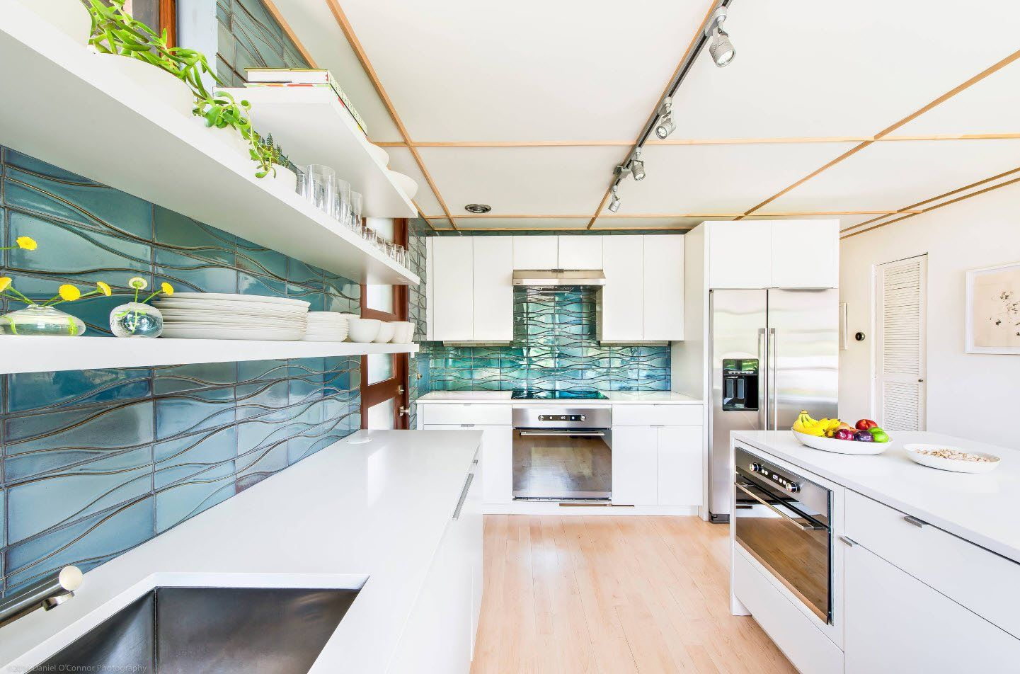 120 Square Feet Kitchen Interior Design Ideas with Photos. Light decorated kitchen with turquoise inlays and splashback