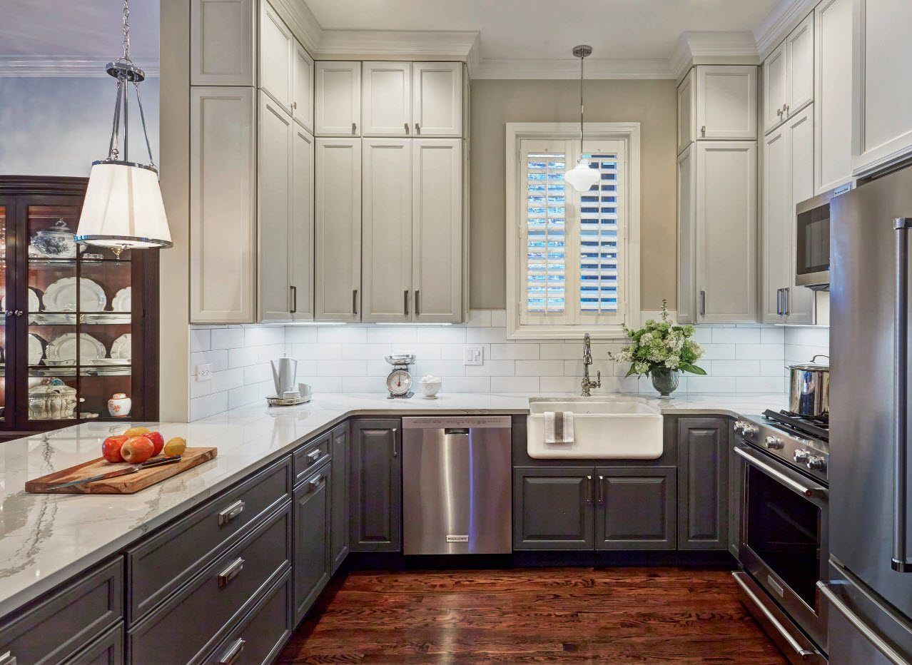 Kitchen with pale gray facades at the classic styled space