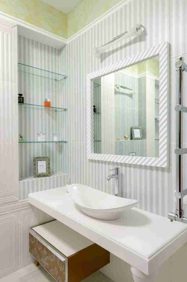 Bathroom Shelves: Fashionable Trends of Practical Interior Decoration. Simple modern design with glass shelves