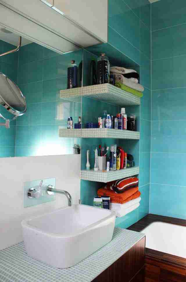 Bathroom Shelves: Fashionable Trends of Practical Interior Decoration. Turquoise corner in the bathroom
