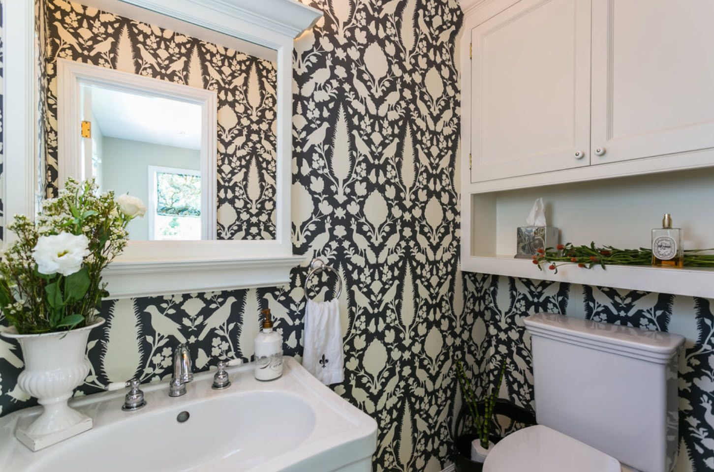 Black and white pattern of the walls in the Classic designed bathroom