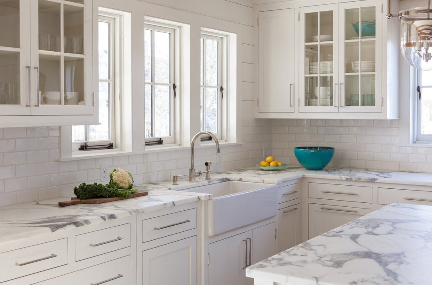 White kitchen with numerous windows and functional windowsill, sasj windows of kitchen cabinets