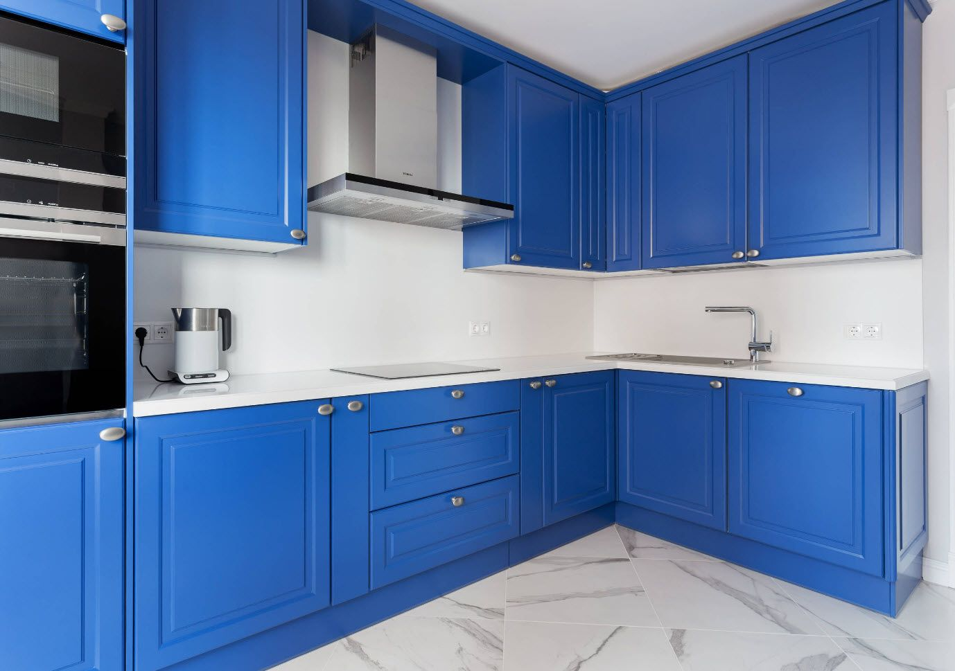 Blue and white color combination for mid-century kitchen