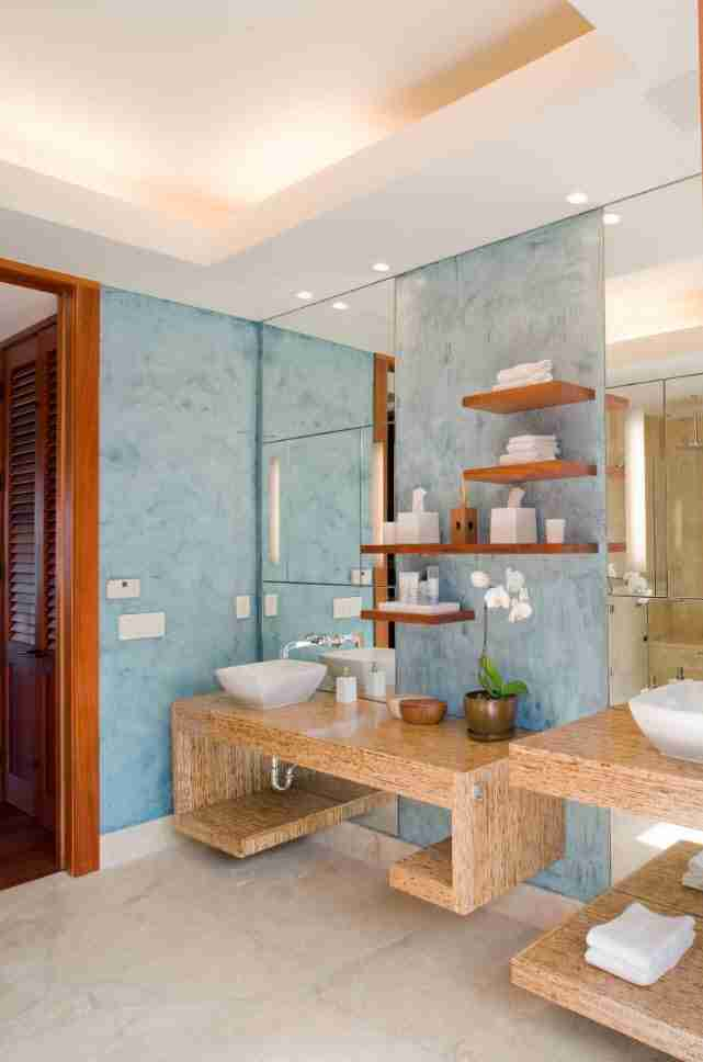 Bathroom Shelves: Fashionable Trends of Practical Interior Decoration. Blue mosaic and large mirror in the casual bathroom