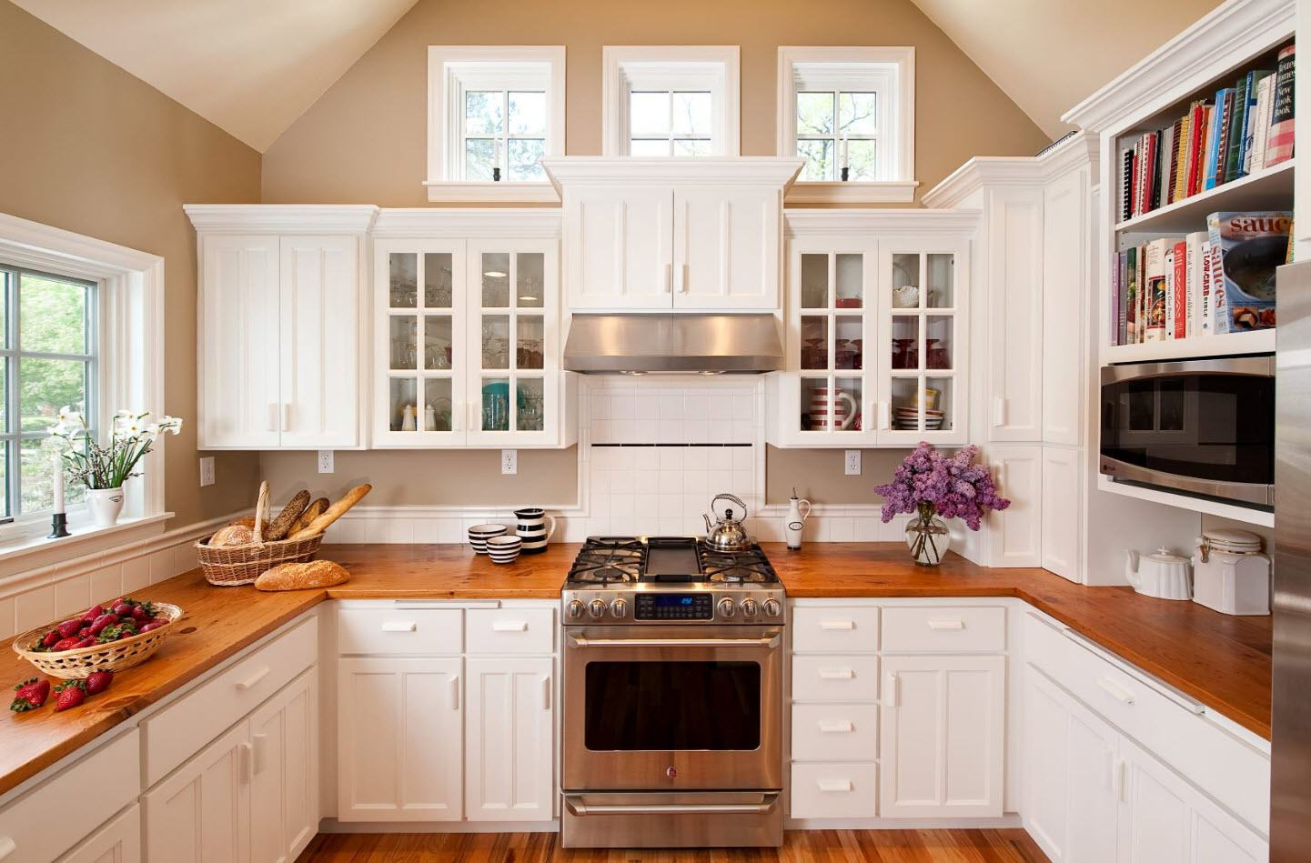 White kitchen facades and light gray walls