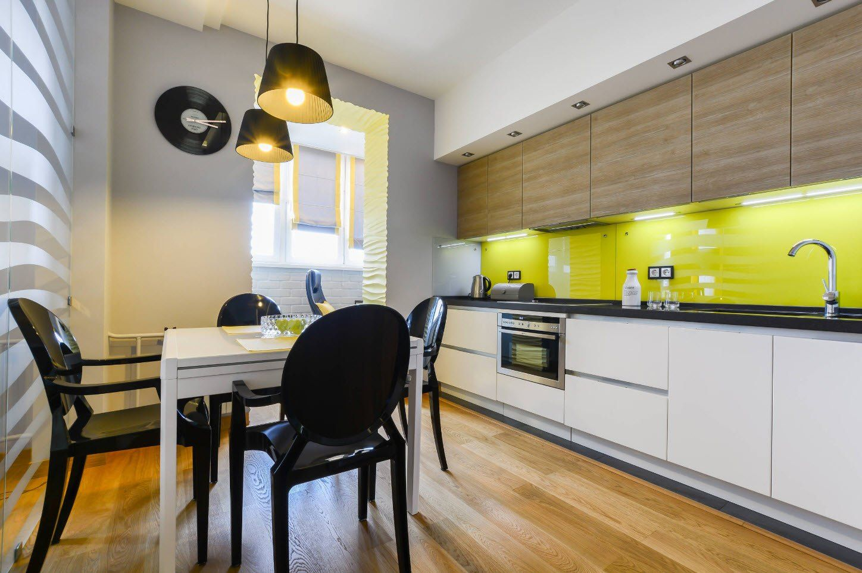Yellow striking splashback for juicy modern kitchen