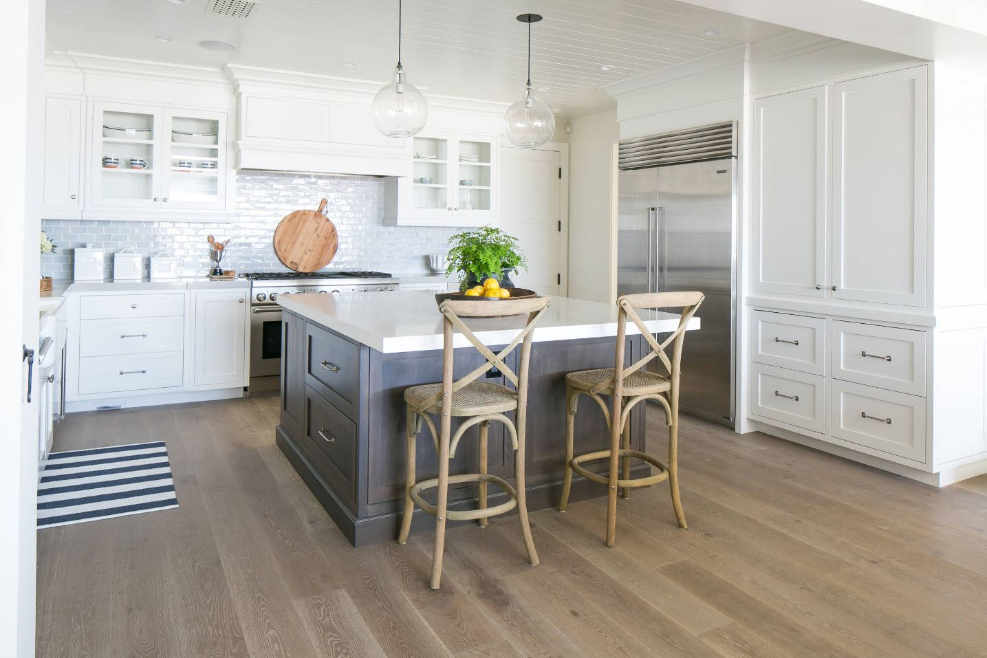 120 Square Feet Kitchen Interior Design Ideas with Photos. Light parquet in the classic styled space