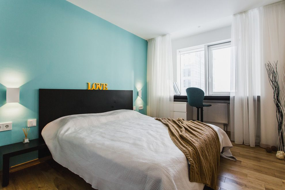150 Square Feet Bedroom Interior Decoration and Photos. Turquoise accent wall behind the bed