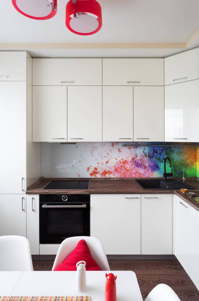 Matte kitchen cabinets' facades and colorful burst at the backsplash