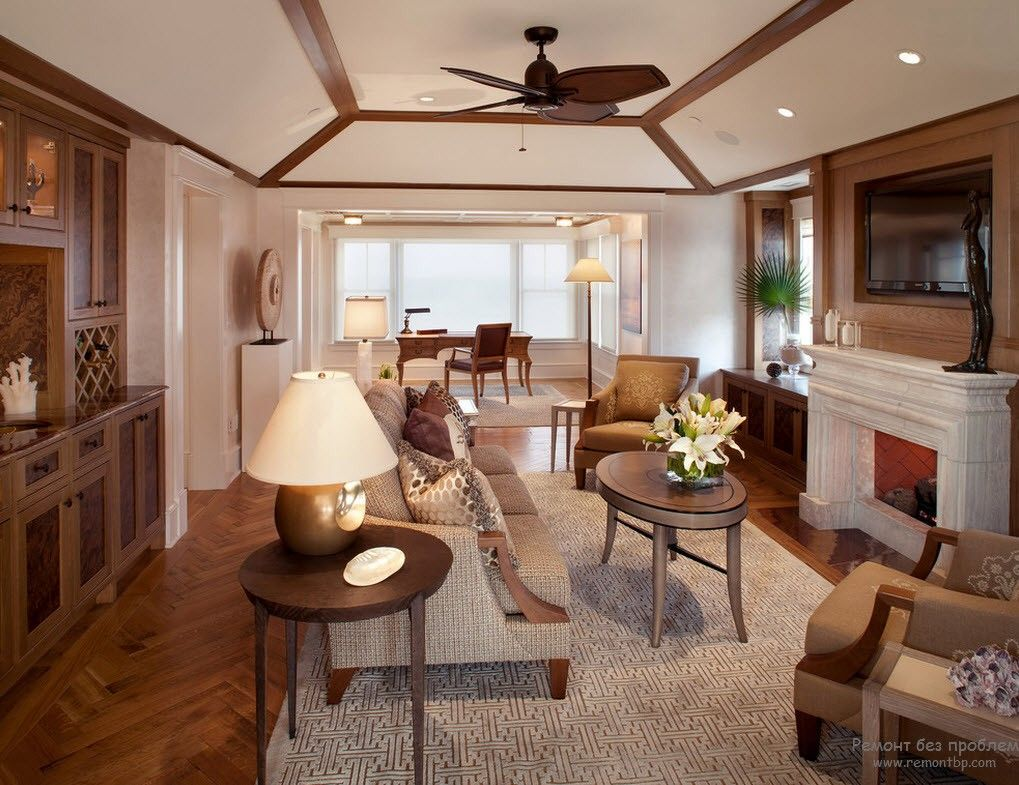Fan at the ceiling and light beige interior of the Southern apartment