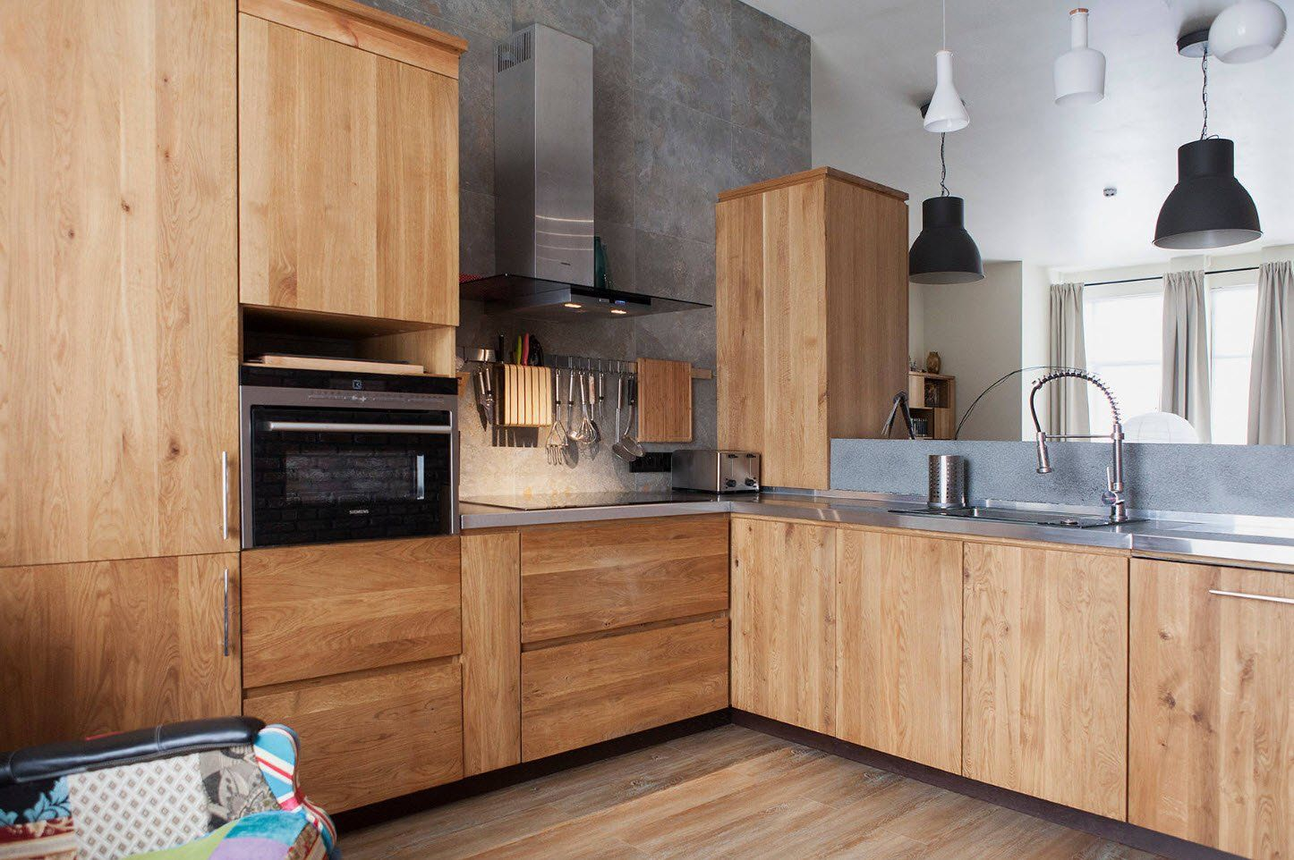 Kitchen Facades: Choosing the Right Beautiful Option for your Style. Light wooden trimming of the modern kitchen with faux concrete wall