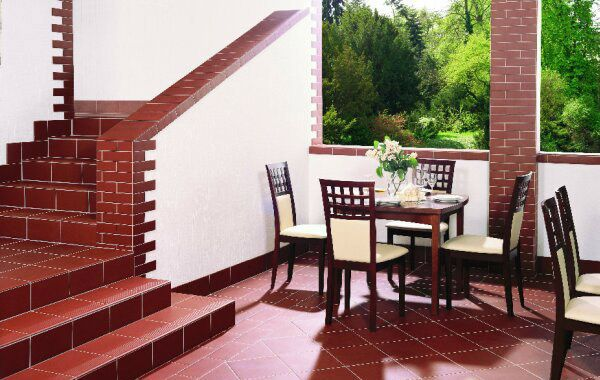 Clinker Tile for Interior Decoration: Photos and Description. Patio zone with red tiled floor