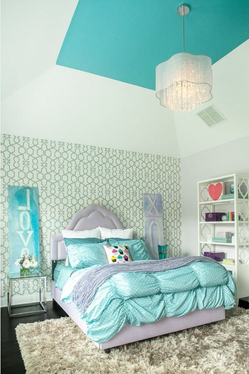 Green pattern at the wallappaer for the Classic styled kids' room