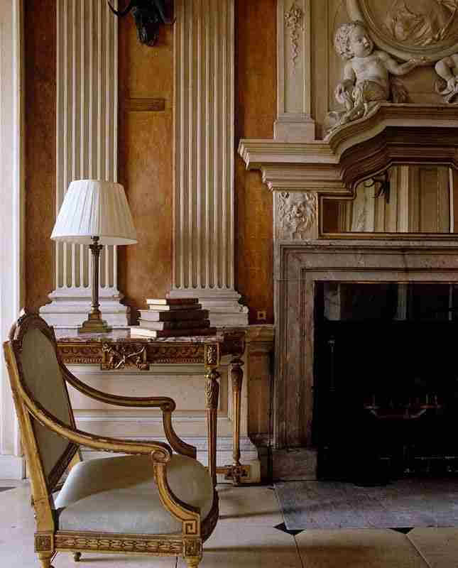 Pilasters in the Interior - Indispensable Element of Luxurious Design. Apparent classicism with gypsum elements and fireplace