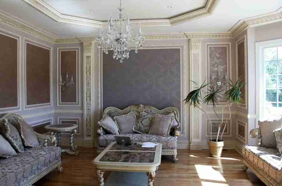 Classic room with stucco, pilasters, moldings and other ancient items