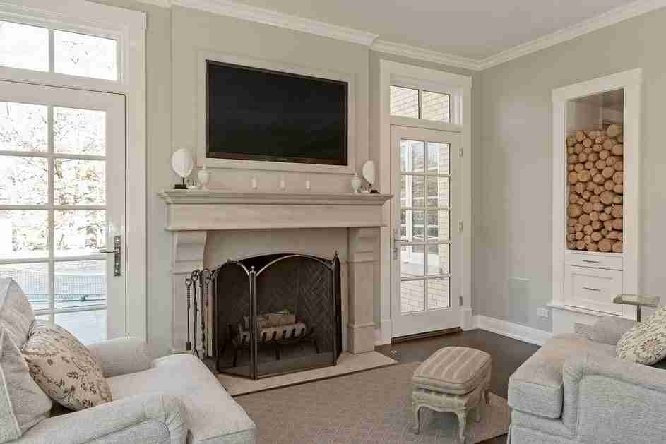 Pilasters in the Interior - Indispensable Element of Luxurious Design. Classic design with TV and fireplace