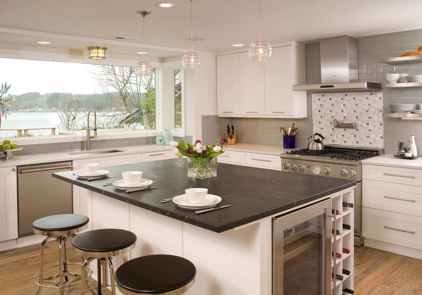170 Square Feet Kitchen Design Ideas with Photos. Black and white combination at the large cooking space