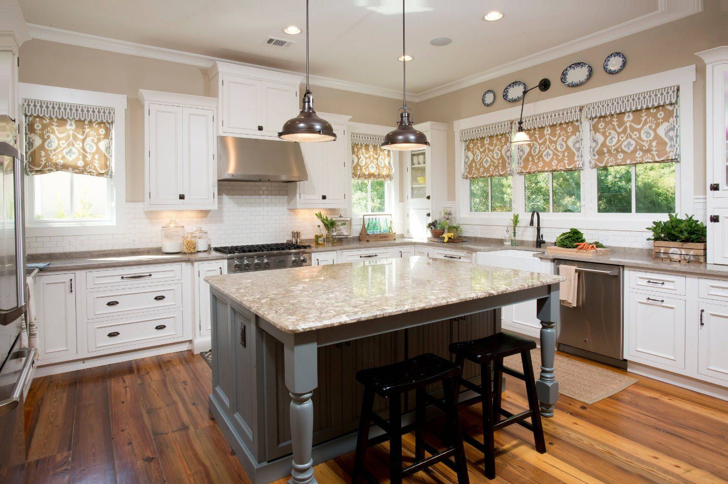 170 Square Feet Kitchen Design Ideas with Photos. Nice Classic finishing with dark wooden island trimming