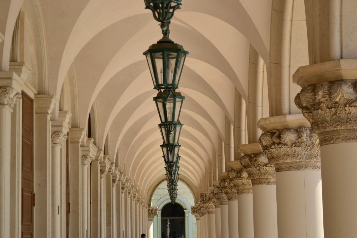 Vaulted Ceiling: Main Principles of Constructing and Finishing. Arched colonnade in the Greek style
