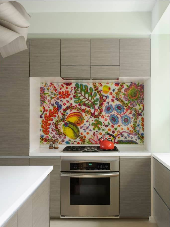 How to Pick the Best Colours for Your Kitchen. The ethnic flower ornament at the backsplash