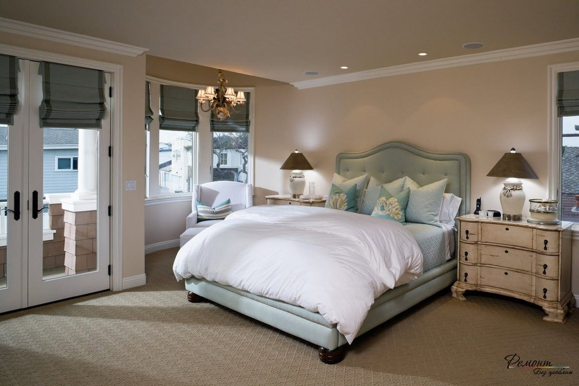 Roman Blinds in the Interior: Description, Organiс Combination of Color. Classic bedroom with beige walls and the carpeting