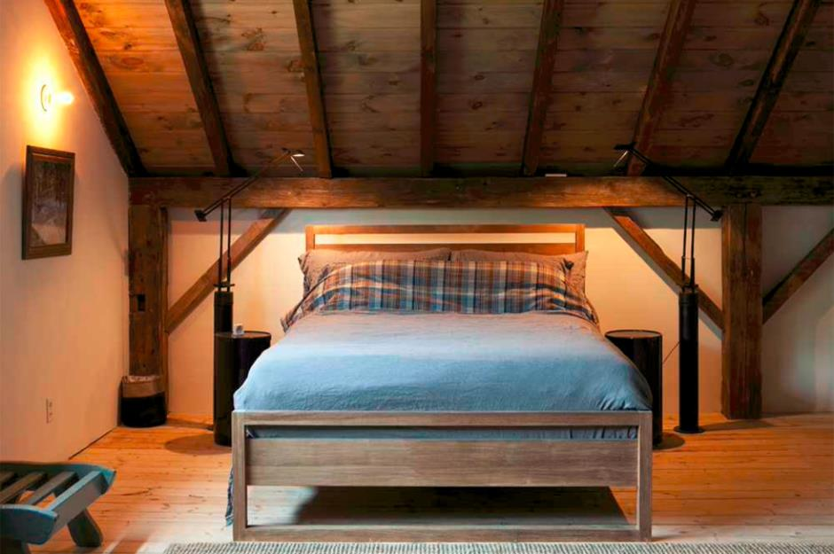 Open ceilng beams and the pronounced Rustic style for attic level bedroom