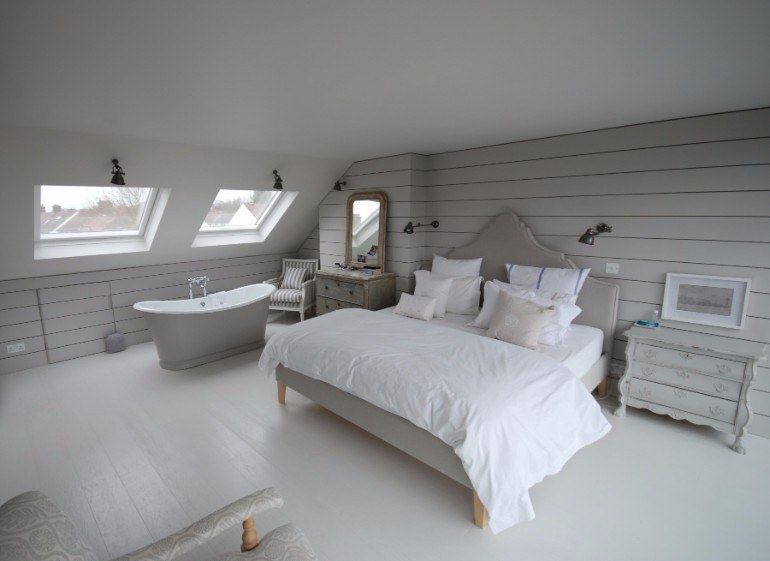 Attic Room Original Finishing and Decoration Ideas with Photos. Great idea for guest bedroom with the bathtub