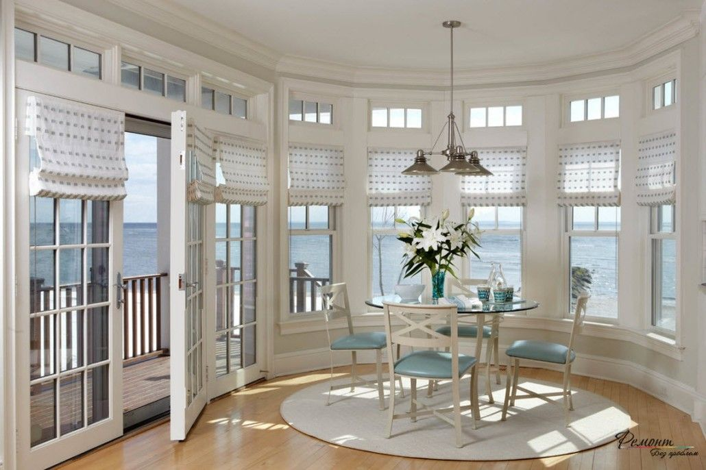 Nice seaside cottage with whiite interior decoration, round table